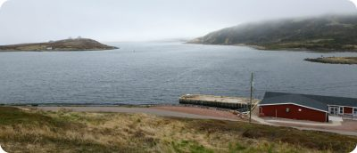 Red Bay is een klein vissersdorpje op het vasteland van de provincie Newfoundland & Labrador. Aangezien de bevolking per jaar slinkt, zal het waarschijnlijk binnen enkele decennia geheel zijn uitgestorven. Toch vind je hier een prachtige omgeving en bovendien ligt de kustlijn boordevol scheepswrakken en Spaans goud. Labrador is een vakantiebestemming die de meeste toeristen links laten liggen, maar als je van afzondering en natuurlijke schoonheid houdt, dan is het een prachtige bestemming. Om in Red Bay te komen, moet je langs de westkust van Newfoundland naar het noorden reizen en daar de veerboot naar het vasteland nemen, naar de grens tussen de provincie Québec en Labrador. Over Red Bay, Newfoundland & Labrador Eenmaal op het vasteland brengt een prachtige rit door uitgestrekte naaldwouden met grillige rotsen je naar een in mist gehuld dorpje, genaamd Red Bay. Op zich is er in het gehuchtje niet zo veel te doen, maar de prachtige omgeving en de rijke geschiedenis maken het toch tot een bijna magische bestemming. Er zijn weinig wegen, een aantal blokkendooshuizen en een beschut gelegen baai, omringd door rotsen en heuvels. Vanaf de kust zie je hoe er soms enorme ijsschotsen voorbij drijven en als je geluk hebt zie je af en toe de vin van een walvis boven het wateroppervlak uitkomen. Als je hier komt lijkt het of de tijd heeft stilgestaan en stil blijft staan. Als je hier niet heerlijk tot rust komt….! Geschiedenis Red Bay Red Bay werd in 1530 gesticht door Baskische zeelieden die hier een uitvalsbasis stichtten voor hun walvisvaart in deze regio. Jaarlijks werden 15 walvisschepen met 600 zeelieden naar de andere kant van de Atlantische Oceaan gestuurd om op walvissen te jagen. De olie die hiermee werd gewonnen was belangrijk voor de Europeanen, aangezien zij deze destijds gebruikten als lampolie. In 1565 zonk een Spaans walvisvaartschip voor de kust van Red Bay. Daarnaast zijn er nog enkele galjoenen ontdekt die destijds de barre overtocht vanuit Europa hebben gem
